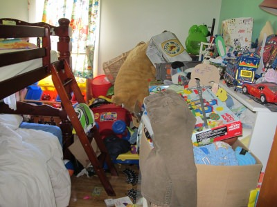clutter in bedroom